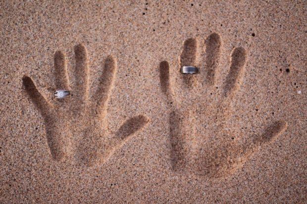 кольца обручальные на руке фото