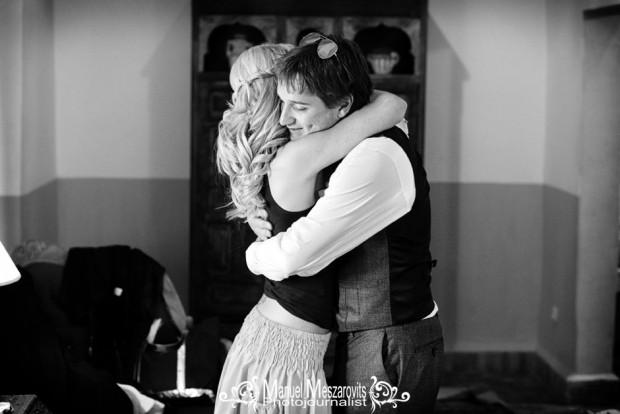 Брат обнимает невесту