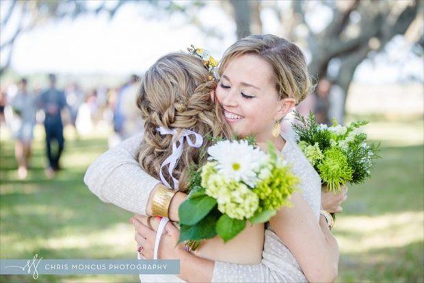 Сестра обнимает невесту