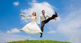 Жених и невеста в прыжке