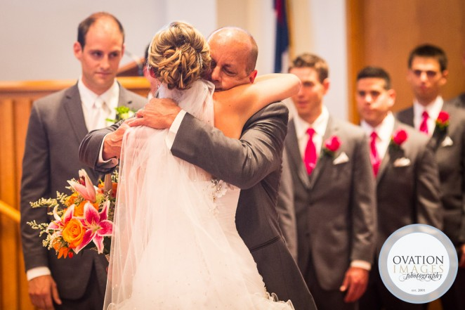 Отец обнимает дочь невесту