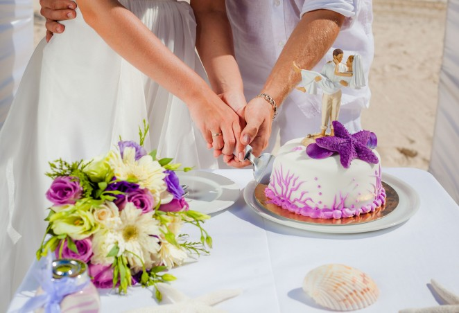 Жених и невеста разрезают торт