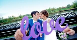 Буквы в руках молодоженов на фотосессии
