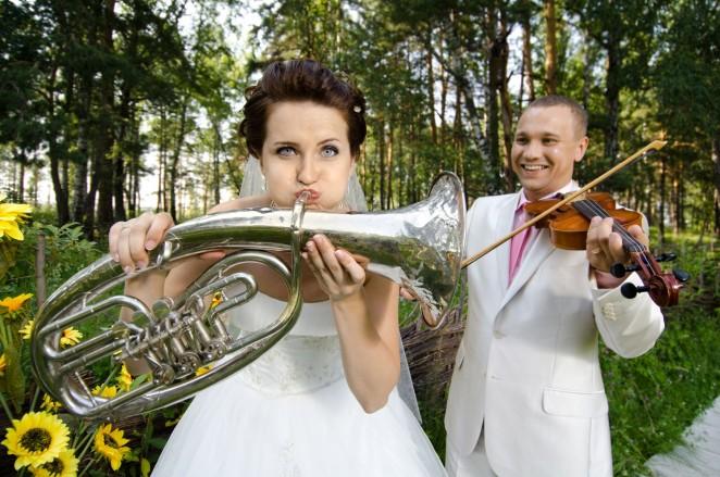 Жених и невеста с музыкальными инструментами
