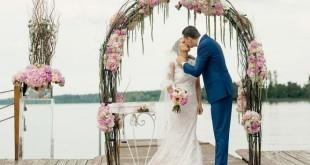 Первый поцелуй супругов на выездной регистрации