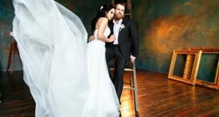 Жених и невеста позируют в студии