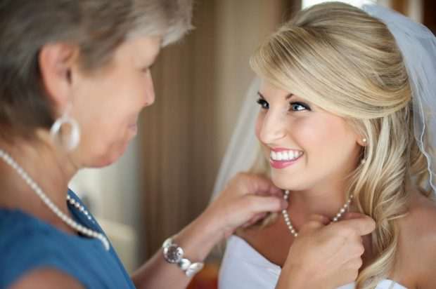 Мама и невеста смотрят друг на друга