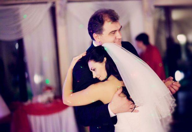 Отец и невеста танцуют на свадьбе