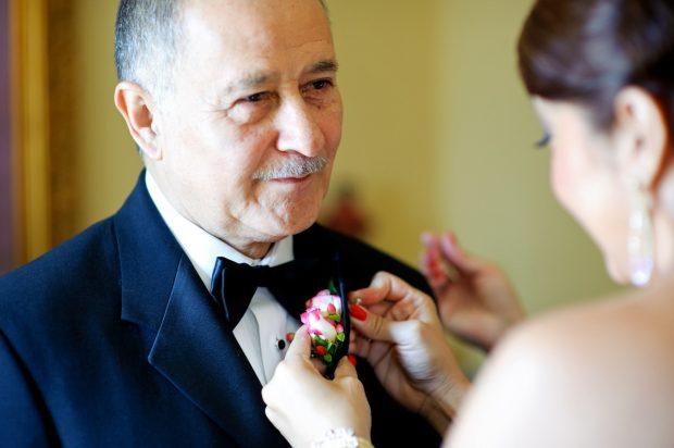 Невеста одевает бутоньерку отцу