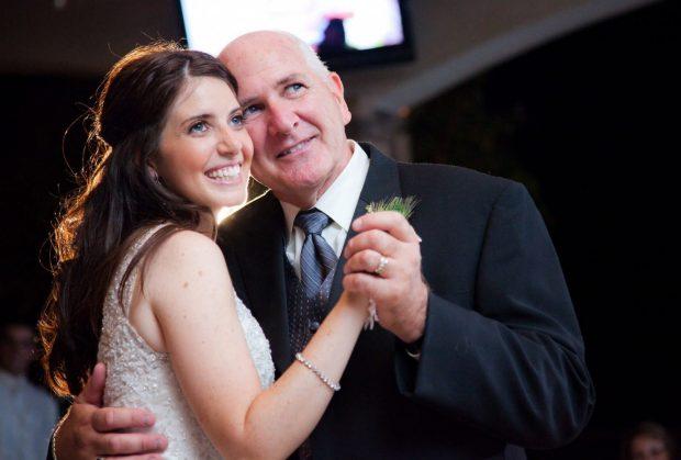 Отец танцует на свадьбе дочери