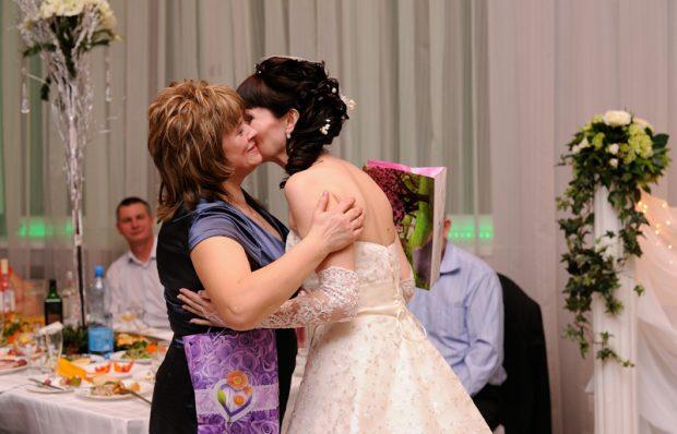 Невеста благодарит маму