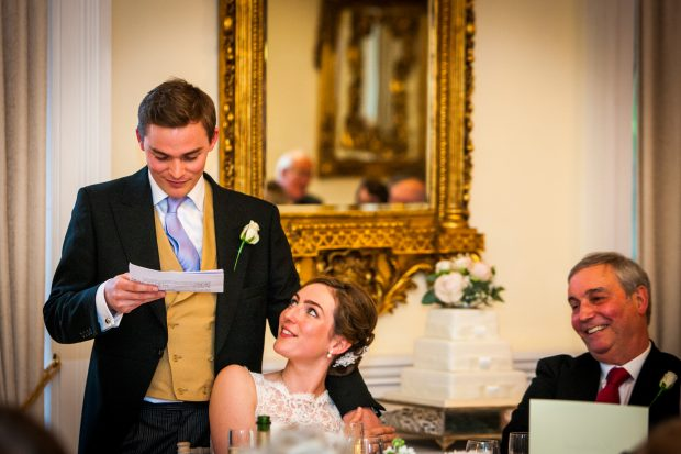 Жених читает письменное поздравление