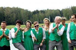 Друзья и подруги на зеленой свадьбе