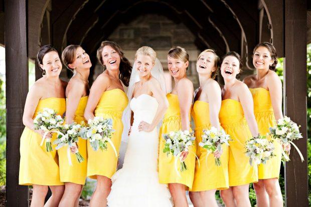 Невеста и подруги невесты на желтой свадьбе